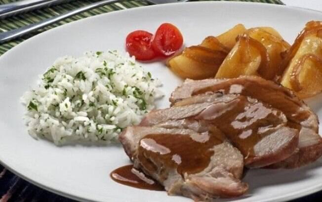 O pernil com batatas é uma delícia e pode ser feito em datas especiais