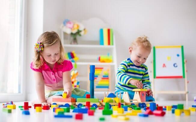 Atividades que estimulam combinar as cores podem revelar se a criança possui daltonismo