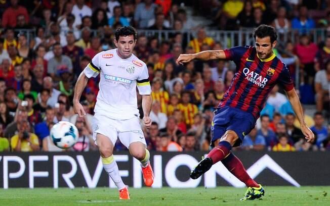 Fabregas chuta e marca para o Barcelona