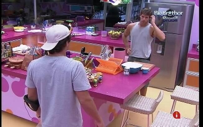 Jonas brinca com Fael enquanto prepara o almoço