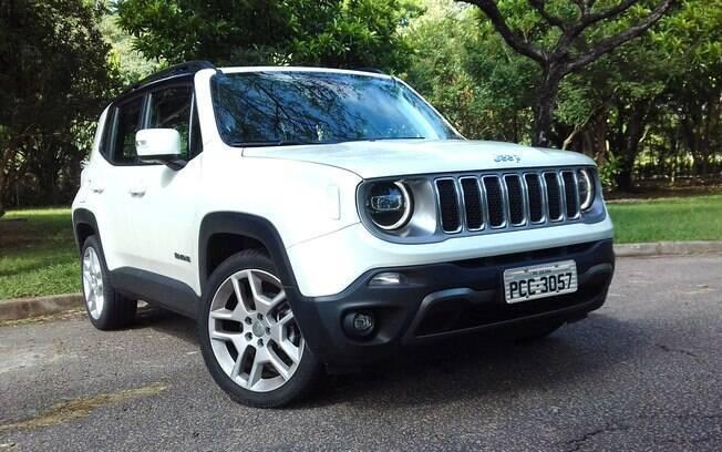 Jeep Renegade Limited vem com luzes diurnas de LED,  rodas de aro 19 e grade pintada de cinza grafite de série