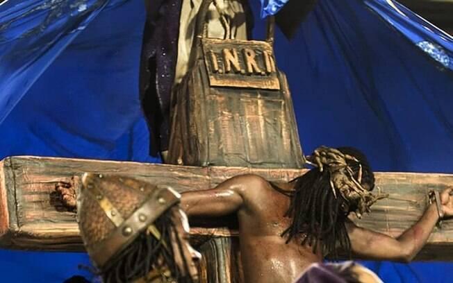 Desfile com Cristo negro da Estácio de Sá