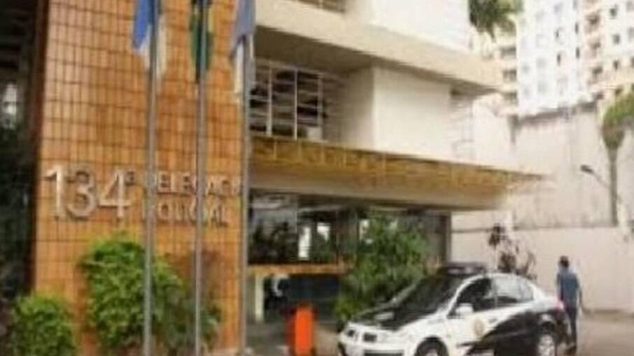Policiais prenderam em flagrante um casal acusado de crime de tortura contra o filho de dois meses