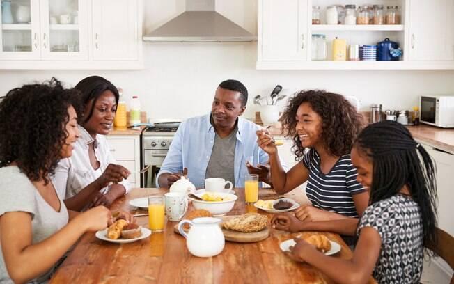 A família não precisa se reunir apenas no almoço e no jantar, já que o café da manhã é a refeição favorita de muitas