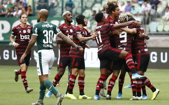 Jogadores do Flamengo comemoram gol contra o Palmeiras