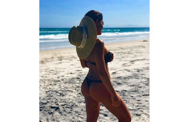 Juliana Paes posta foto na praia e chama atenção de seguidores
