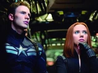 Papeis. Chris Evans e Scarlett Johansson vivem os papéis de Capitão América e Viúva Negra no novo longa da franquia