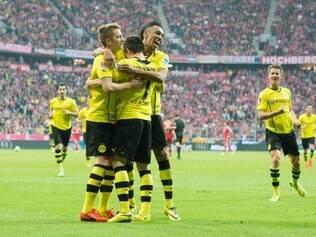 Jogadores do Borussia Dortmund celebram goleada em Munique