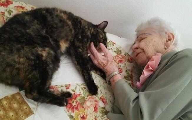 A idosa ficou muito feliz ao descobrir que a gata era um presente