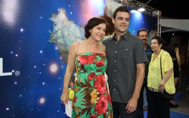 Grávida, Regiane Alves curtiu o espetáculo ao lado do marido, João Gomez