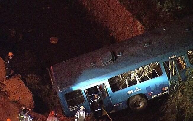 Ônibus caiu em córrego e bateu em muro após perder freio no bairro de Mangueiras, em Belo Horizonte