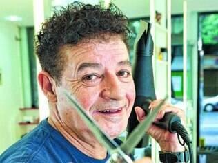 Conhecido do senador há 25 anos, o cabeleireiro mostra que está com o discurso afinado com o tucano e provoca o colega de profissão responsável pelo corte de Dilma.