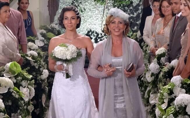 Emocionada, Vilma leva a filha até o altar