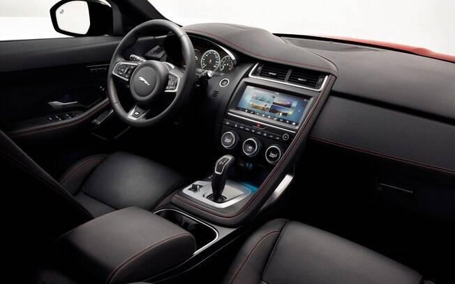 A cabine tem mais em comum com o F-Type do que com o F-Pace. Por exemplo, deixa de lado o seletor giratório de marca, usando uma alavanca de câmbio