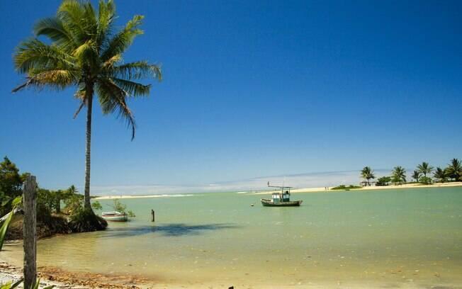 O Rio Caraíva divide a praia ao meio