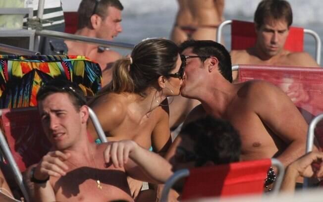 Mirella Santos e Ceará trocam beijos na praia