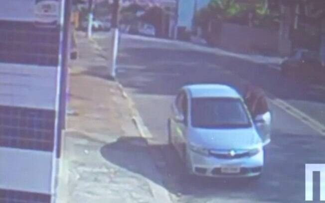 Câmeras de segurança filmaram o momento em que o homem furta o carro com a criança dentro