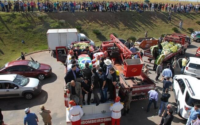 O corpo seguiu em um veículo do corpo de bombeiros pela cidade. Foto: Selma Cândida/OHOJE