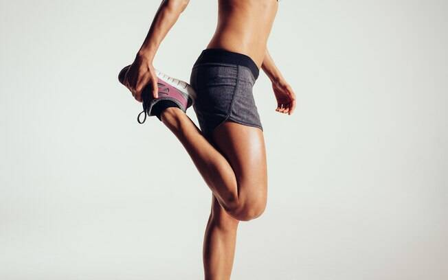 Não cometa os erros no treino de perna de pular o alongamento ou o aquecimento, isso pode resultar em lesões
