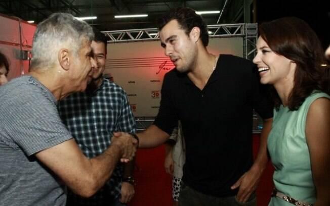 Paola Oliveira e Joaquim Lopes cumprimentam Lulu Santos