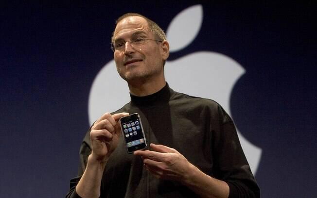Em janeiro de 2007, Steve Jobs, na época CEO da Apple, apresentou a primeira versão do iPhone e revolucionou o mercado