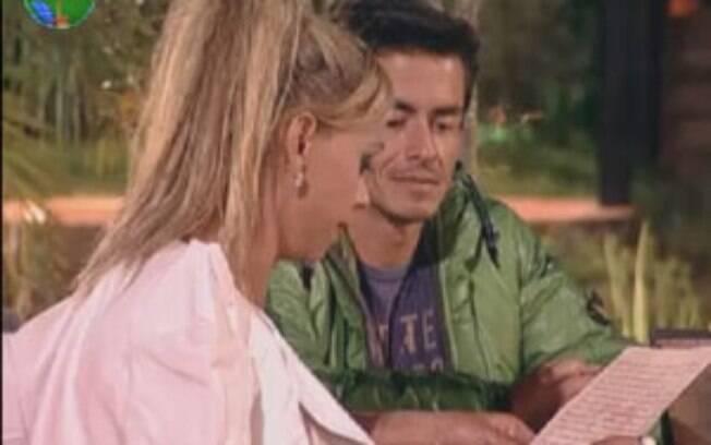 Felipe Folgosi observa Léo Áquilla lendo a carta que escreveu antes de entrar no reality