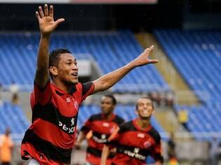 Flamengo deve acertar renovação do atacante Hernane nesta quarta