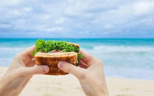 Levar opções de lanches para a praia é uma maneira de economizar e garantir uma refeição saudável