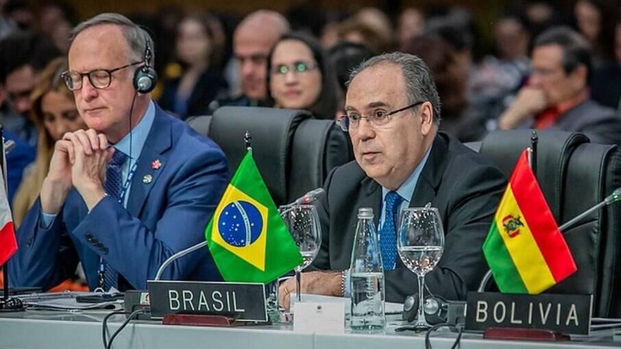 Fernando Simas Magalhães durante reunião na OEA
