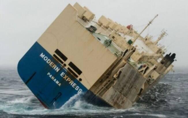 Embarcação contém 300 toneladas de combustível, e autoridades tentam rebocá-la antes de encalhe ou colisão