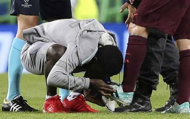 Torcedor beija os pés de Messi no estádio de Alvalade