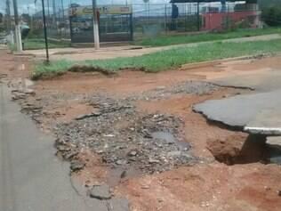 Parte do asfalto da avenida Dom José António Coimbra foi arrancado pela chuva.