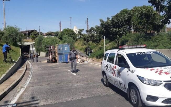 Caminhão carregado com recicláveis tomba na Lix da Cunha, em Campinas