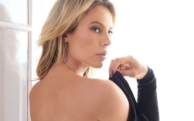 A atriz Paolla Oliveira mostrou toda sua boa forma ao compartilhar vídeo se divertindo na piscina