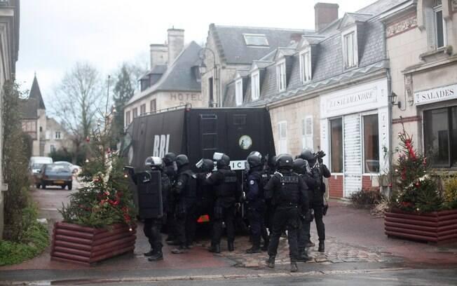 Polícia intensifica buscas no norte da França para capturar suspeitos de ataque