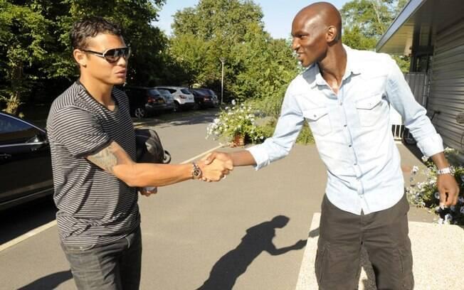 Thiago cumprimenta Zoumana Camara, um dos  seus prováveis parceiros de zaga no PSG