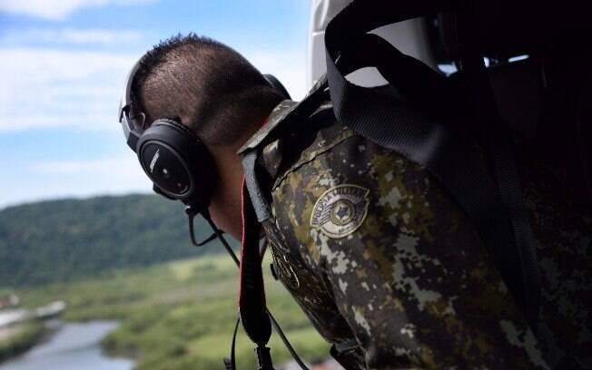 O helicóptero da Polícia Militar Ambiental é usado para apoiar os Policiais em terra e patrulhar áreas de difícil acesso