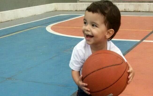 Franco se divertindo com uma bola de basquete