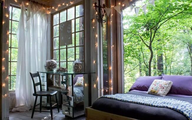 A cama que fica no quarto da casa é equipada com rodinhas para que ela deslize e fique exposta do lado de fora