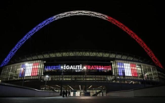 O estádio de Wembley, em Londres, ganhou as cores da França para o amistoso