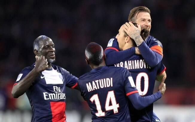 Em campo, Beckham comemorou com Ibrahimovic  um dos gols do sueco na vitória por 3 a 1 do PSG  diante do Brest
