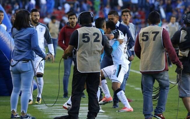 Jogadores do Querétaro partem para briga ainda dentro de campo