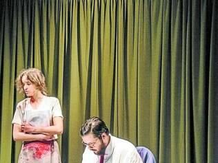 """Cena. A peça """"S/Título, Óleo sobre Tela"""" foi escrita por Sara Pinheiro, em que ela também atua"""