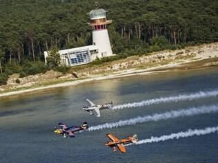 ESPORTES - 25.07.2014 Pilotos fazem voo de demonstracao ao longo da costa da cidade de Gdynia .  FOTO : Sebastian Marko / Red Bull Content Pool