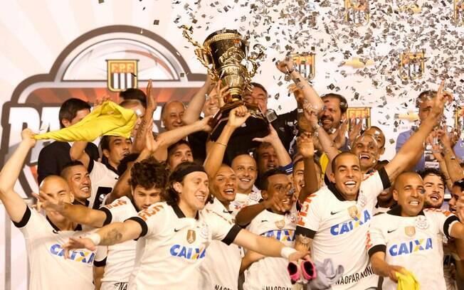 Jogadores do Corinthians levantam a taça após  a conquista do Campeonato Paulista, diante do  Santos