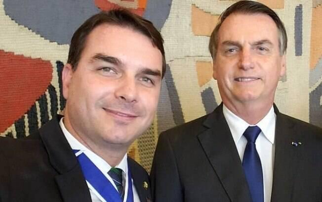 Horas após cirurgia, Flávio diz que Bolsonaro 'está no quarto e bem-humorado'