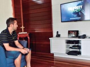 Em casa, Everton Ribeiro se prepara para jogar Call of Duty MW3