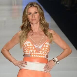 A top model desfilou três looks pela Colcci
