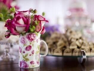 Flores em caneca: vasos alternativos são econômicos e divertidos