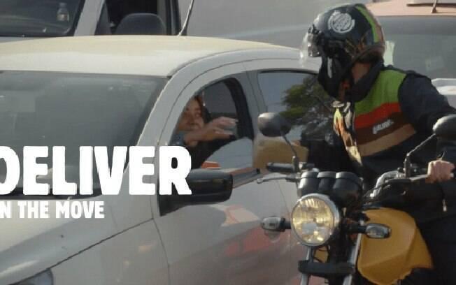 Burger King envia motoboys ao congestinamento para entregar hambúrguers